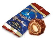Конфеты «Вдохновение» с миндалем – это воздушный вафельный шарик, скрывающий в себе сладкую негу миндально-шоколадного крема, в котором спрятан цельный миндальный орешек. Каждый шарик покрыт щедрым слоем шоколадной глазури, сдобренной дробленым миндалем